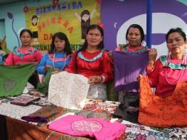 MINCETUR capacita en nuevas técnicas de artesanía a mujeres shipibas de Cantagallo