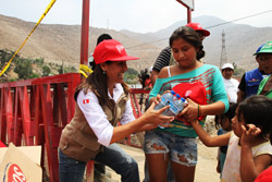 Ministra Magali Silva llevó ayuda a diversas localidades ubicadas en la zona alta del distrito de Santa Eulalia