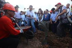 Presidente Ollanta Humala y Ministra Magali Silva colocan primera piedra en el proyecto deacondicionamiento de la laguna de Yarinacocha