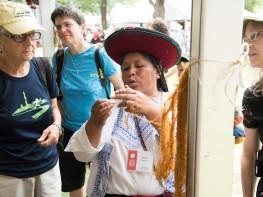 Tejedoras del Cusco muestran la calidad de la fibra de alpaca a los visitantes del Smithsonian Folklife Festival