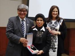 Asociación de Hoteles, Restaurantes y Afines del Perú reconoció trayectoria profesional de trabajadora del Mincetur
