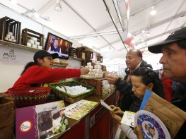 Pequeños productores de alimentos y artesanos convocados por Mincetur ofertan sus productos en la feria gastronómica Mistura