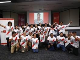 """Paolo Guerrero saludó a artesanos que donaron piezas que se exhibirán en la """"Casa Perú en Rusia"""""""